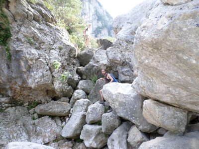 trepando a traves de rocas en Vall Figuera