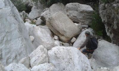 cantos rodados gigantes en el lecho del barranco de Lloret