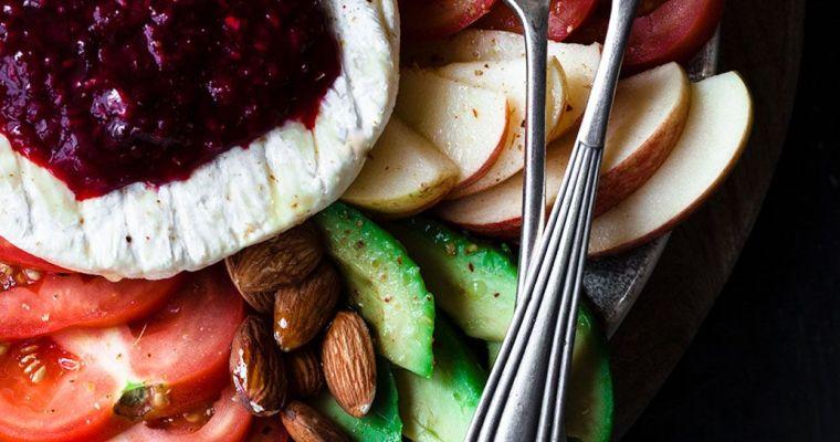 Ensalada de aguacate, fresas, manzana y tomate con queso cremoso y mermelada de frutos rojos