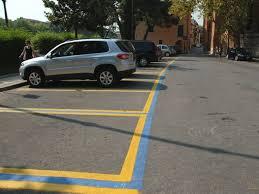 Parcheggi giallo-blu in piazza Verdi
