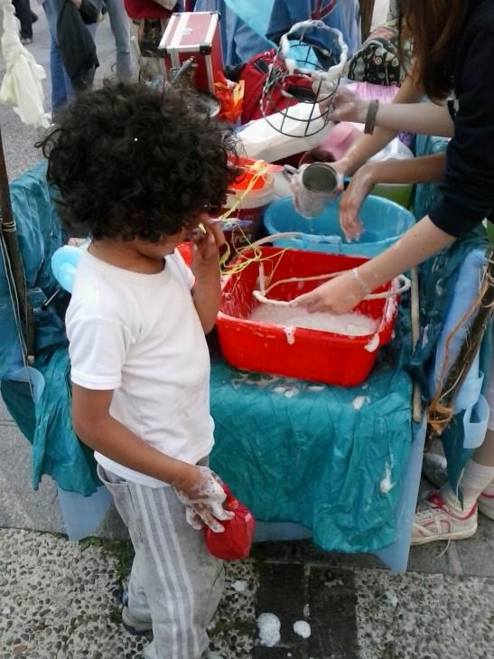 I bambini coinvolti nella creatività della sfilata