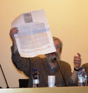 """Fabio Cani mostra una """"grida""""(circolare di polizia) del 1687 per la repressione degli zingari."""