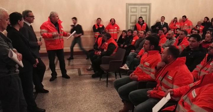 Proteste a Palazzo Cernezzi