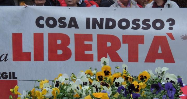 """""""Riprendiamoci la libertà"""": Cgil tinge di rosso piazza San Fedele contro la violenza sulle donne"""