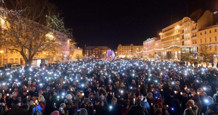 Per Adamowicz bandiere a lutto e la proposta di un gemellaggio Como – Danzica