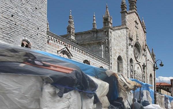 13 giugno/ Una coperta sulle spalle in piazza Cavour