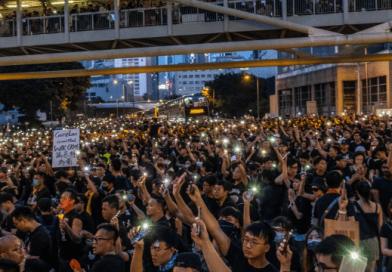La marea umana di Hong Kong non si arresta