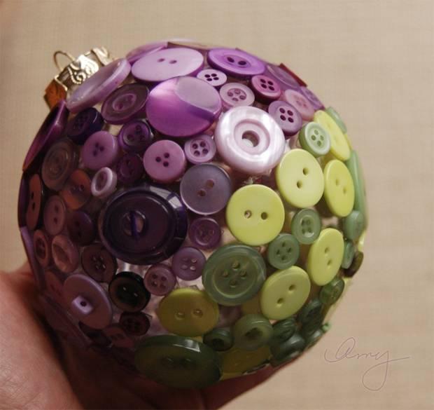 bola de navidad con botones