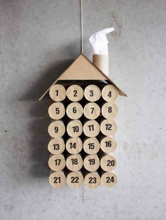 Calendario de navidad con rollos de papel