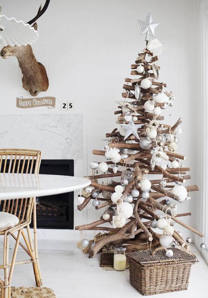 Árbol de navidad con troncos de madera