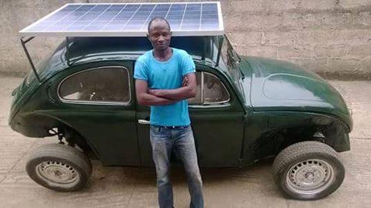 Estudiante nigeriano convierte un Volkswagen escarabajo en un coche solar-eólico