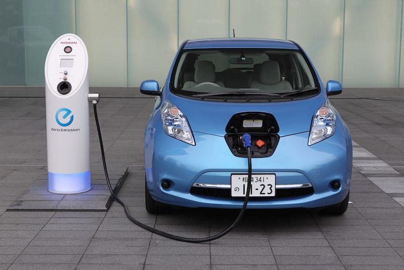 Resultado de imagen para cargando energia en auto electrico