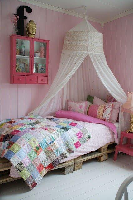 Dormitorio de niña con palés reciclados