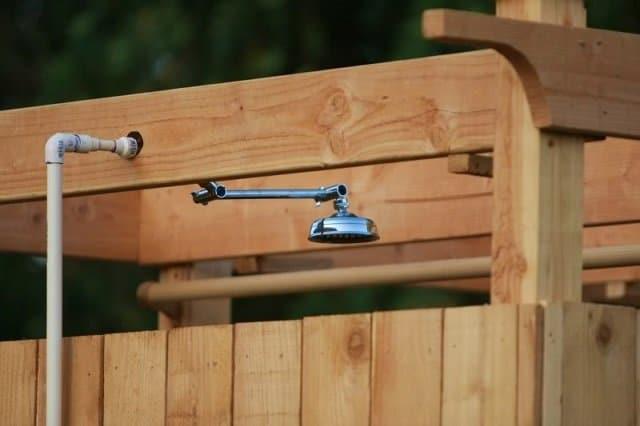 Como hacer una ducha solar al aire libre 5
