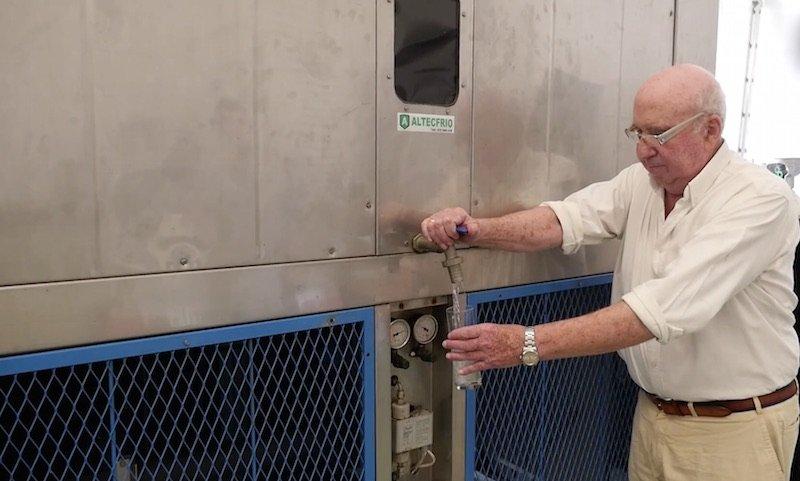 Generador de agua potable con su inventor