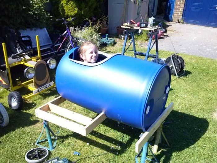 Cómo hacer un coche de carreras con un barril de plástico2