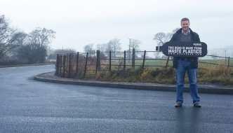 Ingeniero británico usa plástico reciclado para crear asfalto 60% más resistente y barato