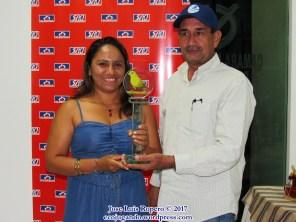 Edith Reales, recibe los premios a nombre de Luis Reales sub-campeón categoría individual. Foto: Jose Luis Ropero.