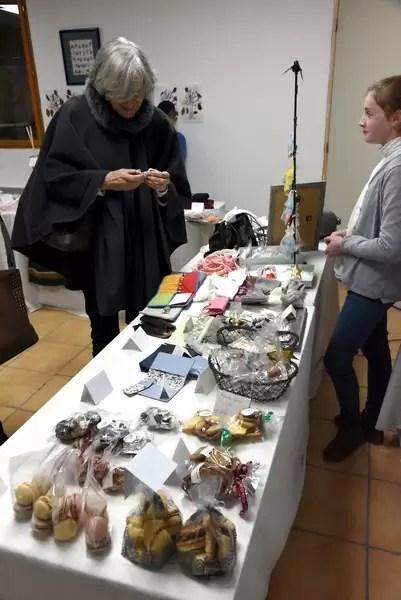 Un stand d'articles lors du marché de Noël 2018 de l'école Notre Dame de l'Espérance