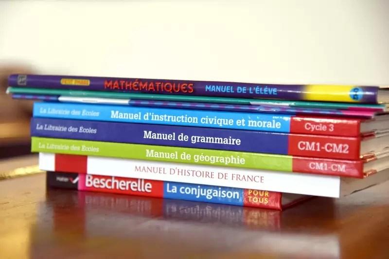 Un tas de manuels scolaires à l'école Notre Dame de l'Espérance
