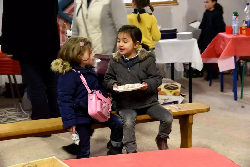 Des élèves discutant lors du marché de Noël 2018 de l'école Notre Dame de l'Espérance
