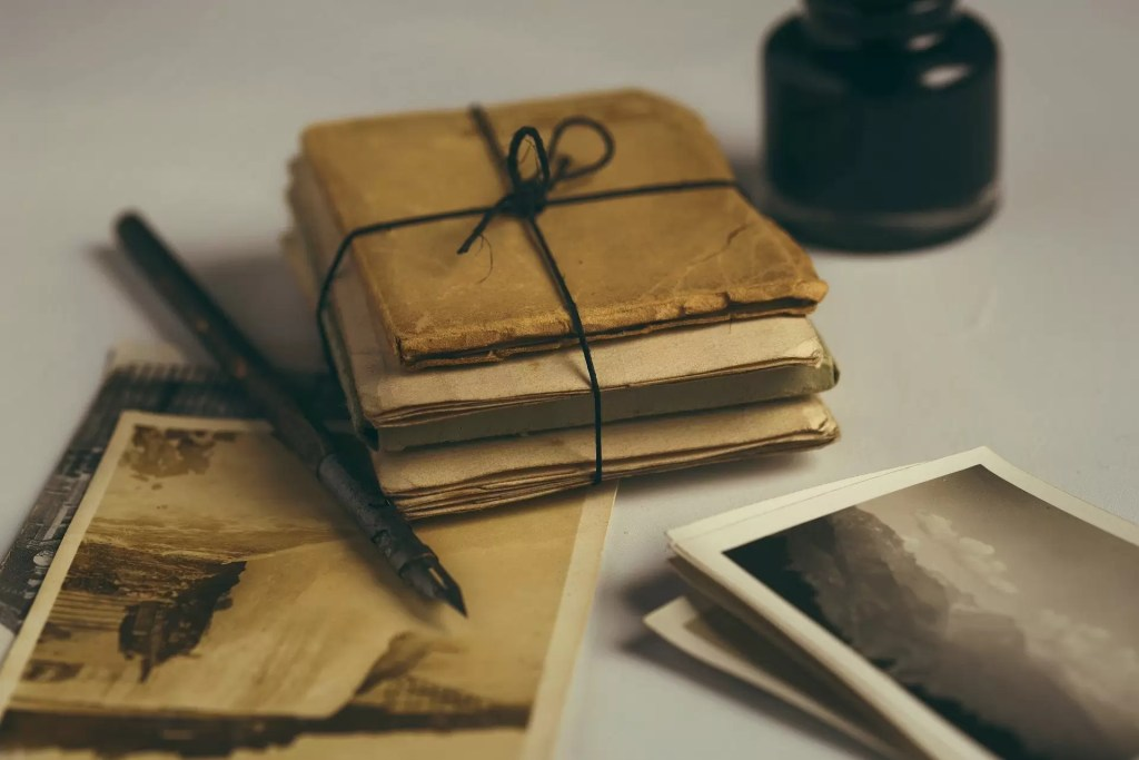 Un paquet de vieilles lettres symbolisant l'action d'écrire à l'école Notre Dame de l'Espérance