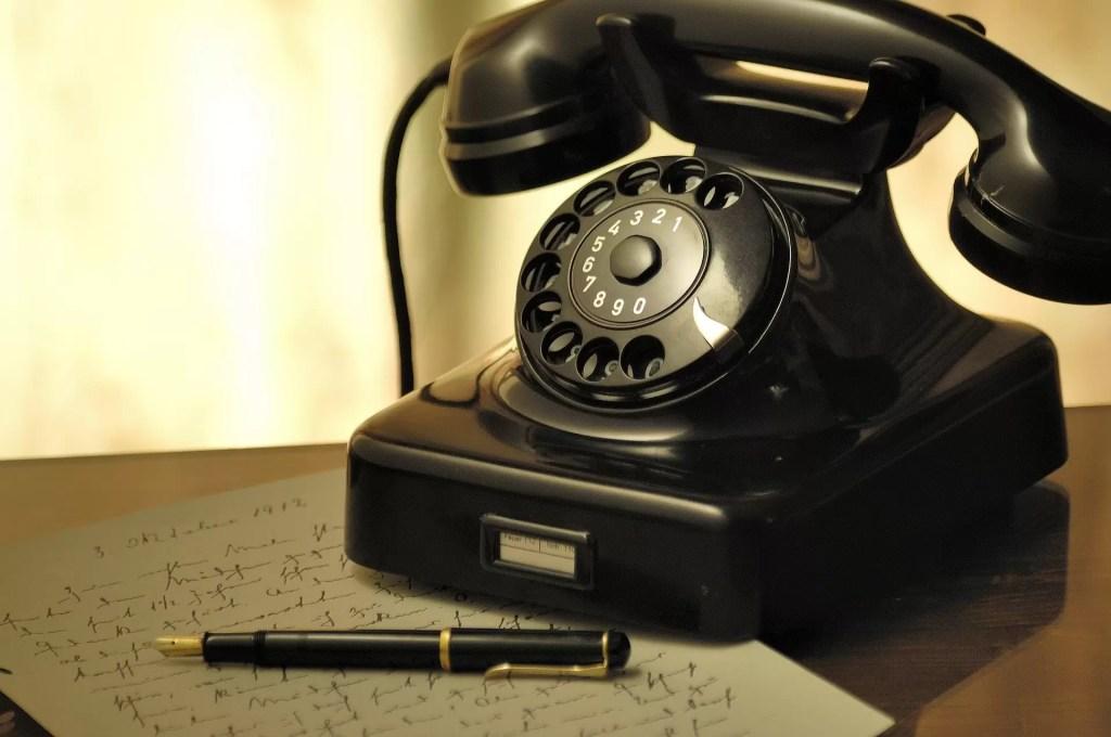 Un vieux téléphone symbolisant l'action d'appeler l'école Notre Dame de l'Espérance