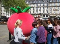 Une tomate géante en compagnie des enfants !