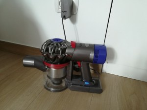 Dyson V8 absolute in ricarica batteria