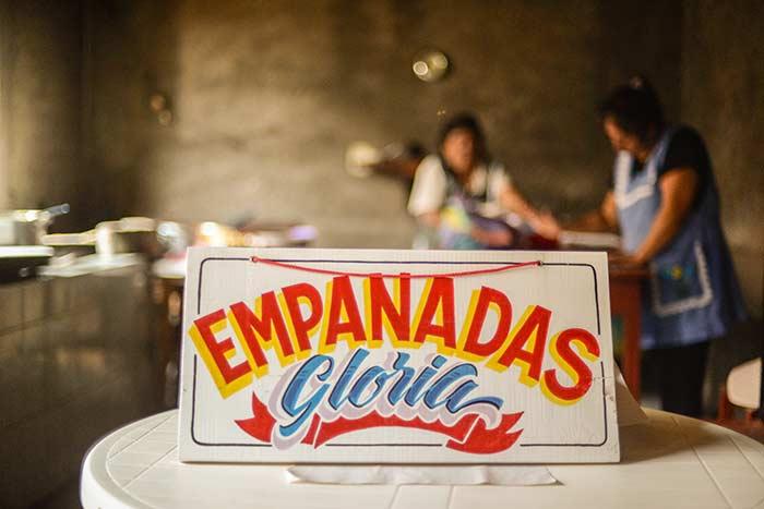 Rótulos de cuarentena: el plan de un padre e hijo para apoyar la economía local en medio de una pandemia global