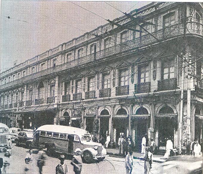 Con dos modernos autobuses de la época, Diego y Antonio Cisneros Bermúdez iniciaron su carrera como empresarios en 1933