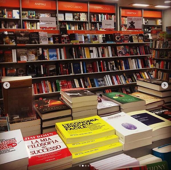 libro di economia spiegata facile in libreria