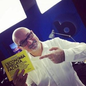 Claudio Messora - Byoblu con il libro di economia spiegata facile