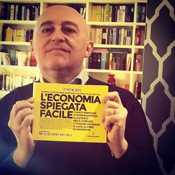 Marco Cattaneo con il libro di economia spiegata facile