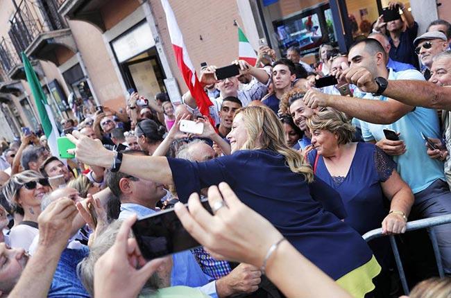 Giorgia Meloni fa selfie in piazza durante manifestazione a Roma