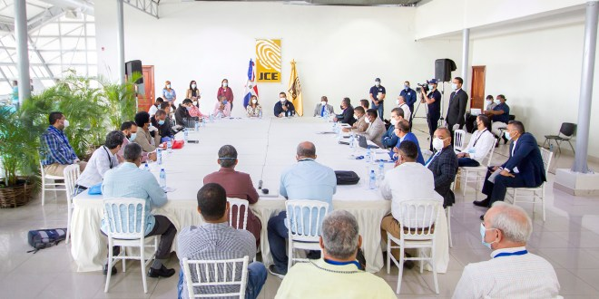 JCE y partidos revisan formatos de boletas de próximas elecciones de julio