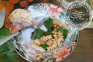 Salade d'épinards et de pâtes sucrée-salée