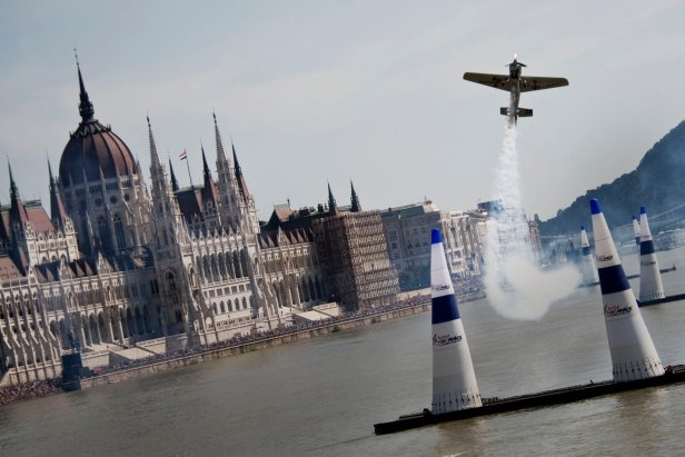 hannes-arch-competes-in-red-bull-air-race-budapest-2008.jpg