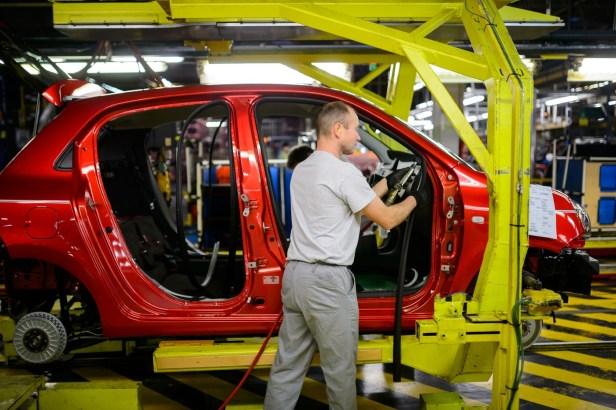 Un-employe-travaille-ligne-production-usine-Renault-Novo-mesto-Slovenie-24-fevrier-2016_0_1400_931