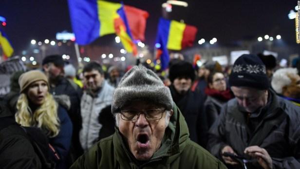 Les gendarmes sont entrés en force sur la place Victoriei vendredi vers 23h00, chassant les gens
