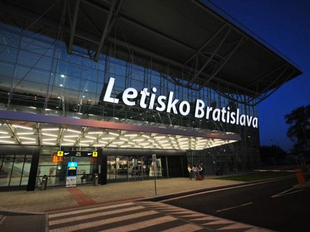 L'aéroport de Bratislava (BTS) a réussi à dépasser 300 000 passagers seulement deux fois dans son histoire: en juillet 2008, il a traité 304 146 personnes et en juillet 2017, il a accueilli 304 388 passagers.