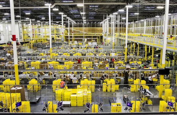 """Surtout, Amazon, 21 ans d'existence, n'a jamais été un employeur modèle pour ses """"pickers"""", les employés qui vont chercher les produits dans les entrepôts."""