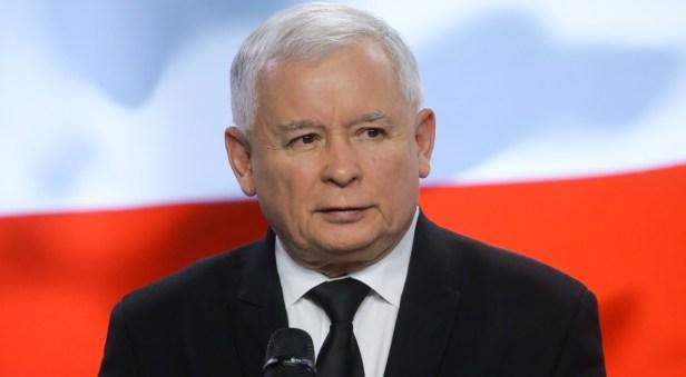 """La campagne de creusage dans le canal débutera dès que la Pologne et l'Union européenne auront réglé toutes les formalités légales. """"Les temps où les Russes nous dictaient ce que nous pouvions et ne pouvions pas faire sur notre territoire étaient révolus"""", a déclaré Kaczynski."""