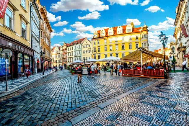 Cependant, les différences de salaires entre les régions restent substantielles dans le pays, l'employé moyen à Prague gagnant 11,304 CZK de plus que son homologue à Karlovy Vary.
