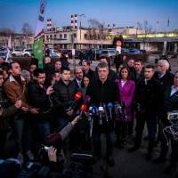 Les députés de l'opposition ne parviennent pas à pénétrer à l'intérieur de l'usine Suzuki