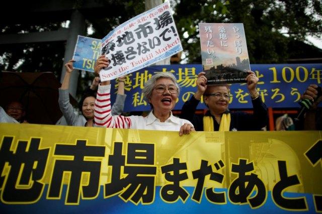 The Wider Image: As historic Tsukiji market closes, fishmongers mourn