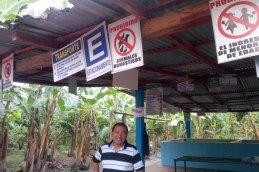 Joaquin Velásquez der die Exportgesellschaft Emprocompt aufgebaut hat, die Früchte, aber auch Kakao von kleinen Bio-Bauern exportiert auf einer Kleinen Plantage im Cantón Balao - nahe der Bananenstadt Machala.