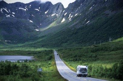 Wohnmobil auf der EuropastraÃe 10 westlich Svolvaer, Insel Austvagoy, Lofoten, Norwegen, Skandinavien, Europa | Verwendung weltweit, Keine Weitergabe an Wiederverkäufer.
