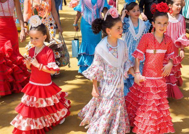 1280-513247998-spanish-girls-in-traditional-dress