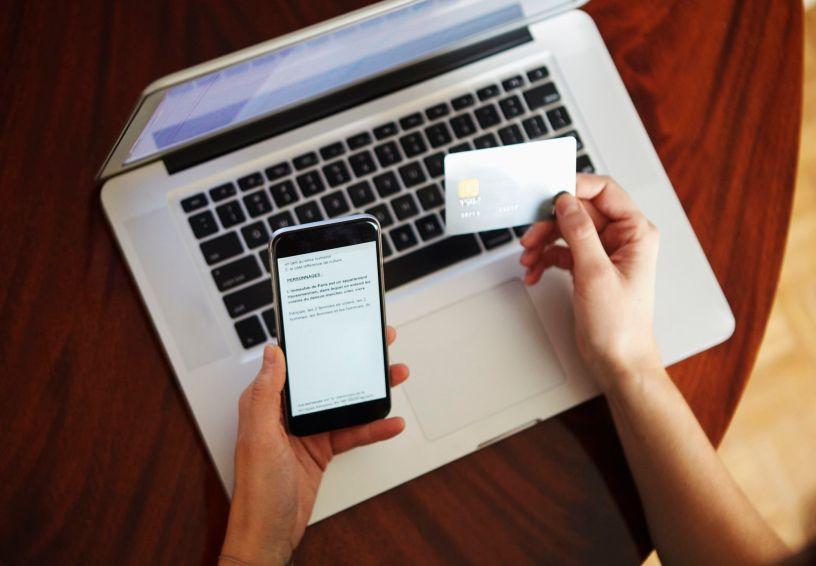 Aujourd'hui, 7,1 millions de Tchèques - soit 81% des ménages tchèques - sont connectés à Internet et le nombre de Tchèques utilisant les services bancaires par Internet a atteint 63%